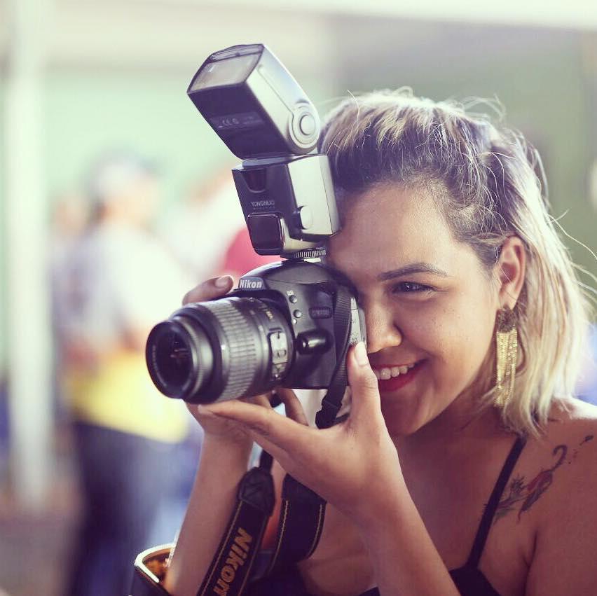 Isa Melo tem 21 anos, mora em Dourados e é formada em Letras pela Universidade Estadual de Mato Grosso do Sul, atualmente está no primeiro semestre de Turismo também pela UEMS. Trabalha como Fotógrafa há cinco anos e se diz apaixonada por pessoas complicadas. Se descobriu no curso de Letras por amar crônicas, poesias e literatura. E como se não bastasse, também se encontrou em Fotografia, para ela as pessoas podem mudar, mas as Fotografias sempre irão mostrar o que somos, ou o que já fomos algum dia. Turismo faz parte desse grande sonho pois além de fotógrafa e escritora ela é mochileira e blogueira. Seu maior sonho é juntar seus dois amores em um livro, e ela pretende realizar esse sonho em breve! Em cada crônica e em cada fotografia ela revela um pouco de sua vida, de seus sonhos, desejos e pensamentos mais ocultos. Ela é o tipo de mulher que ainda está em mistérios, mas que de pouco a pouco se revela, para os bons entendedores.